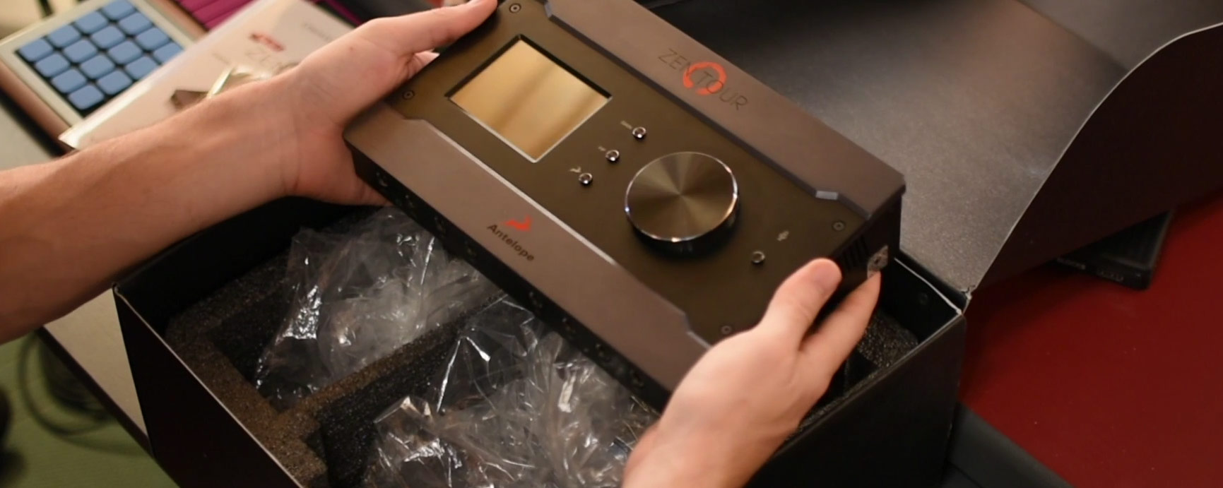 Zen tour: Unboxing et présentation de l'interface audio d'Antelope audio